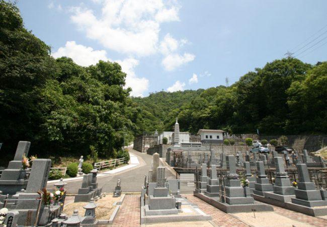 自然に囲まれた明るく穏やかな墓苑です